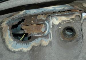 Polttoainetankin täyttöputken takaa löytyi lopuksi vielä pari nyrkinmentävää reikää. Täyttöputken kiinnityksestä ei ollut jäljellä juuri mitään...