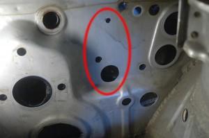 Tulipelliin piti tehdä muutama reikä lisää, jotta poljinasetelma ja ABS-pumppu saatiin autoon kiinni.