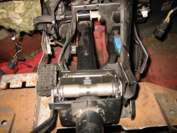 Polkimien kiinnitystä joutui hiukan muokkaamaan ja kytkinsylinterille piti porata reijät tulipeltiin. Mk3 korkeussäädettävä ohjausakseli menee paikalle ihan pulttaamalla.