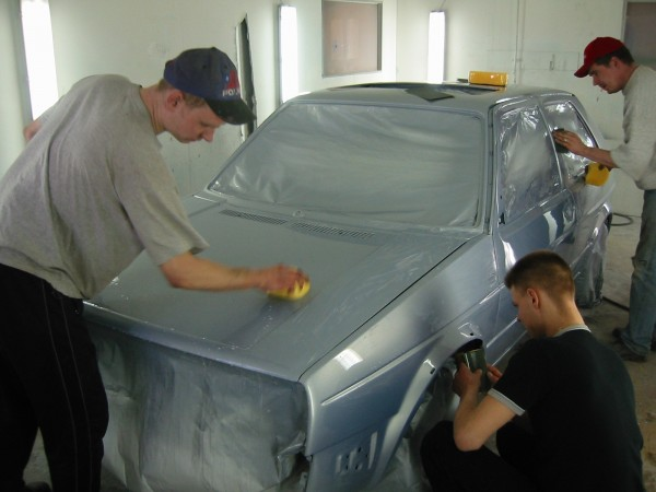 Lakan kuivuttua Peksi ja maalari päättivät että vedetään vielä vesihioen koko auto ja lisää lakkaa päälle (saatiin häivytettyä muutama roska ja maalarin tavaramerkki eli valuma ;-).
