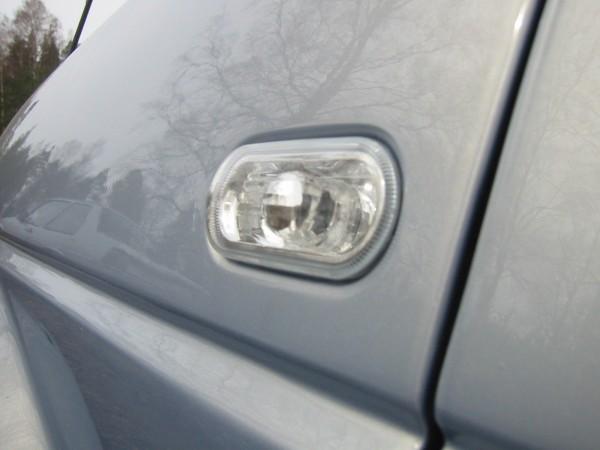 Ensimmäisenä kun auto oli omaan pihaan saatu, piti napsauttaa paikoilleen mk4:n ns. klarglas eli kirkkaat sivuvilkut :-)