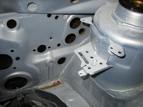 Paisuntasäiliön kiinnike mallia mk3. Kuvassa näkyy myös kytkimen työsylinterille tulipeltiin tehdyt reijät (keskikokoinen jonka molemmin puolin pienemmät :-)