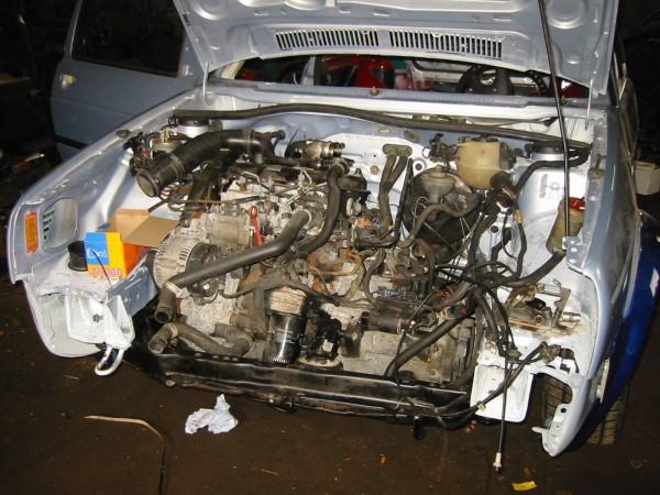 Pekka oli vappuna ahkerana, siellä se TDI-kone sitten lepää. Nätisti istahti paikalleen. Oikeastaan ainoastaan sähköjohtojen vedot teettävät hiukan töitä, pitää tehdä pari koloa moottorin ohjainlaitteen johdoille.