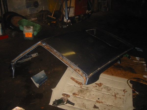 Katosta palastellaan ylimääräiset pois... tämä on nyt sitten taas sitä hieromista, eli leikellään peltiä pois, sovitellaan, mittaillaan ja lopulta saadaan katto istumaan paikalleen.