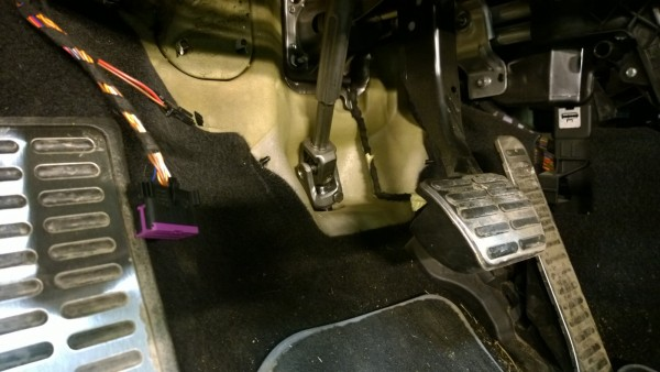To be able to drop down the front subframe and steering gear we opened the steering shaft.