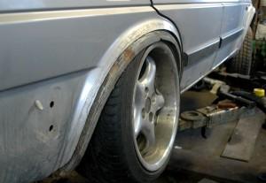"""Uutta takakaarta meinattiin ensin levittää samaan tyyliin kuin aiemmin Corradossa, mutta 9"""" ET30 vannetta sovitettaessa huomattiin, että kantin poistaminen (oikeastaan se taivutetaan samaan tyyliin kuin uudemmissa autoissa) riittää, eikä rengas tai vanne ota missään vaiheessa kaareen kiinni."""