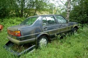 Mäeltä löytyy onneksi myös tällainen varaosa-auto... tästä saa etulokasuojat, takaoven ja jotain  muuta pientä. Huomaa ihanan retro paneeli takavalojen välissä :)