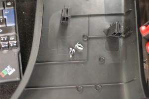 Verhoilun purku alkaa repimällä kynnysmuovi irti ihan vain voimaa käyttäen. Korjausohjeiden mukaan pitäis irroitella vaikka mitä C-pilarinkin muoveja ennen, että saa kynnysmuovin irti. Kynnysmuovi on takapäästä C-pilarin verhoilujen alla, mutta sitä ei tarvitse kokonaan irroittaa, jotta pääsee turvavyön pultteihin ja B-pilarin alamuovin kiinnitysruuvit avaamaan. B-pilarin muovit on parilla ruuvilla ja klipsuilla kiinni, lähtee aika helposti irti eikä mitään hajonnut.