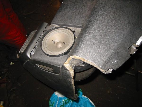 Vastaava kolo oikeassa päädyssä. Kolojen takia ilmakanavat puhkesivat, ne piti korjata muovihitsauksella.