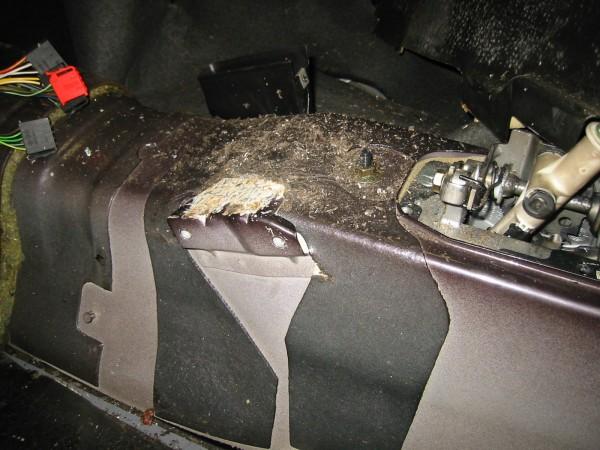 Kojetaulun sisällä oleva palkki tulee kolmosessa kiinni myös runkopalkkiin. Kuvassa näkyvä kiinnike irroitettiin kolmosesta..