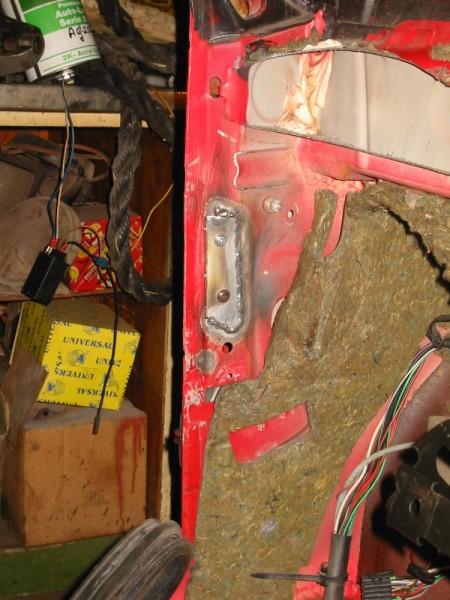 Kojetaulun palkin päätyjä jouduttiin muokkaamaan jotta se saatiin mahtumaan kakkosen kapeammalla olevien pilareiden väliin. Pekka hitsasi uudet omatekoiset kiinnikkeet pilareihin kiinni johon päädyistä muokattu palkki sitten pultataan. Päädyn kiinnikkeet saatiin oikeaan paikkaan siten että palkki pultattiin kiinni kojetaulun kuoreen jonka jälkeen kojetaulu sovitettiin oikealle paikalleen ja sitten kiinnikkeet hitsattiin kiinni ovipilariin.