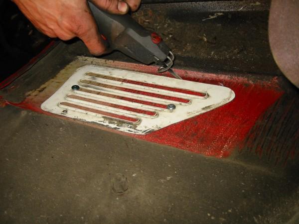 Sitten otetaan saha käteen ja aletaan sahata ympäri ritilän.