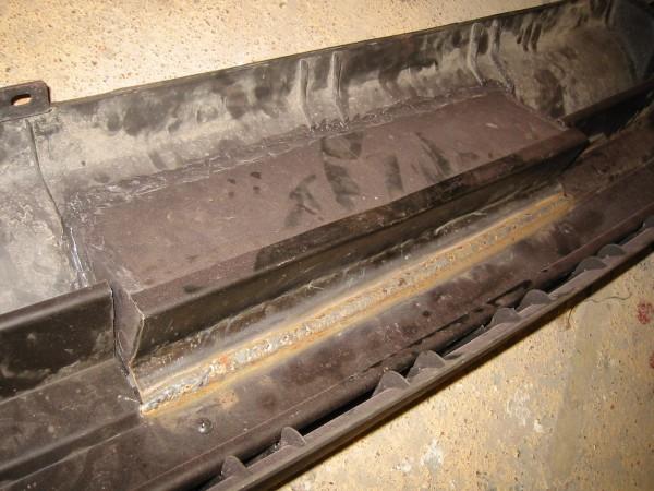 ...irti sahattua palkin osaa muokataan hiukan ja hitsataan takaisin. Tähän sitten kiinnitetään myöhemmin kilven valot. Irti sahattu muovi muovihitsataan pystysuoraan asentoon ja reunoihin etsitään jostain toisesta puskurista sen verran muovia että reunat saadaan täytettyä.