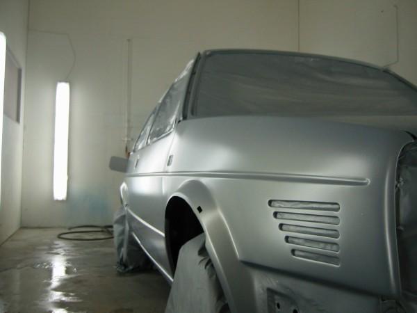 Vihdoinkin pintavärit tulivat Sikkensiltä. Auto maalattiin vesiohenteisella värillä. Maalarillekin ensimmäinen kokeilu näillä vesiväreillä :-)