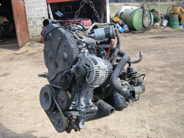 """Siinä se kone sitten killuu. 90hv diesel-poweria. Oikein 120A laturi. Samalla kun kone roikkuu traktorin etukuormaajassa Pekka vaihtoi jakopään hihnan ja kiristäjän. Vanha hihna olikin lähestulkoon poikki, edellinen """"asentaja"""" oli pistänyt kiristimen jotenkin väärin."""