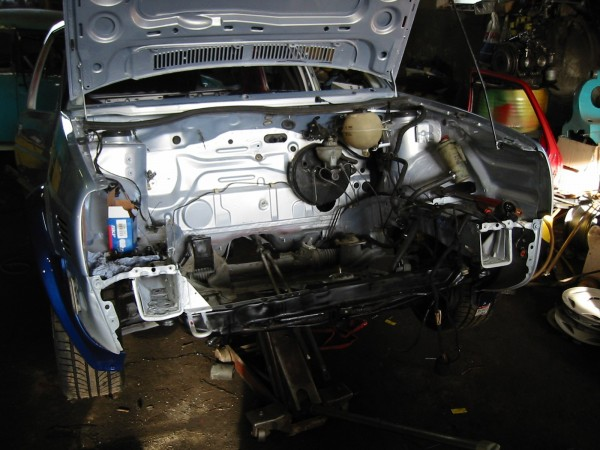 Paikalleen asennettuna jo mm. jarrutehostin ja kytkinsylinteri, moottorin tyynyt, vaijerivivusto, iso nippu sähköjohtoja, ohjaustehostimen letkut/putket...
