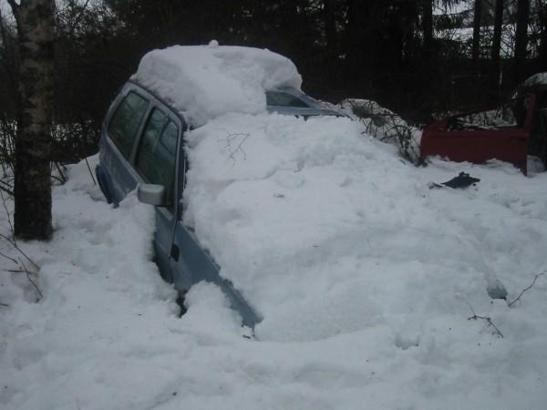 """Tästä lähdetään: Otetaan aihioksi 1 kpl katon kautta ojan pohjalle vedettyä kakkoskoppaista edellisenä kesänä lievästi """"tuunattua"""" Golfia. Huomaa miten auto on säilötty pehmeään lumihankeen enempien kolhujen välttämiseksi."""