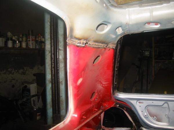 Sitten saumat hitsataan kunnolla, ensin sisäpuolelta. Tuosta vasemman takanurkan kuvasta näkee hyvin mistä kohtaa sauma menee sisäpuolella.