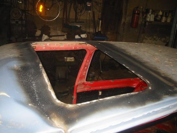 Vaikka katto menikin vaihtoon, kattoluukusta ei silti luovuttu. Kyseessä siis sama kolmos-Golfin sähköllä toimiva lasiluukku. Vanhassa katossahan luukun kehys oli koriliimalla kiinni. Peksi keksi kokeilla lämmittää kattoa kaasupillillä ja kyllähän se vielä irti lähti, poksahteli vain kuulemma irti sitä mukaa kun kattopeltiä lämmitti.