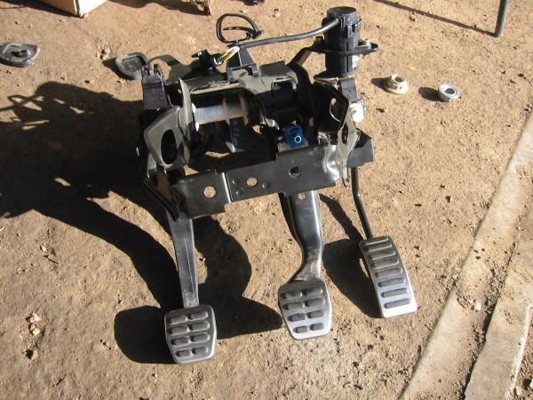 Ennen moottorin asennusta asennettiin mk3:n poljinasetelma. Poljinpinnat Audi TT:stä.