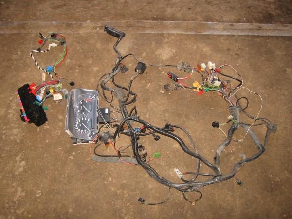 Tuollainen nippu sähköjä sinne sitten meni. Kuvassa vasemmalta rele-/sulaketaulu ja joitain kojetaulun sähköjä, mittaristo, etupään johtosarja sekä jossain siellä alla ajoneston johtoja.